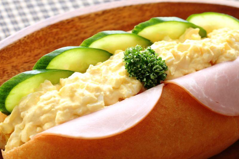 夾著雞蛋、小黃瓜和火腿的大亨堡