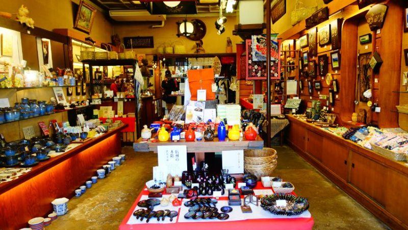 店內也有許多工藝品雜貨