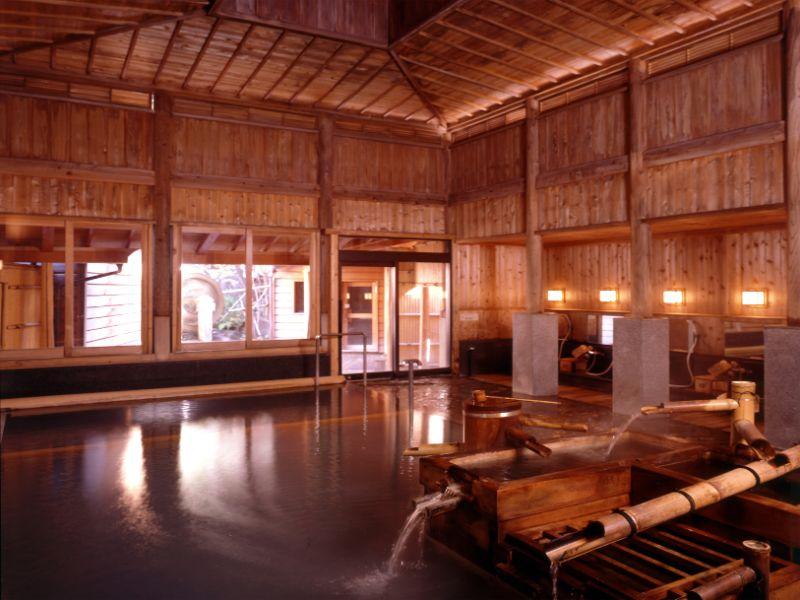 傳統湯屋建築的大浴池