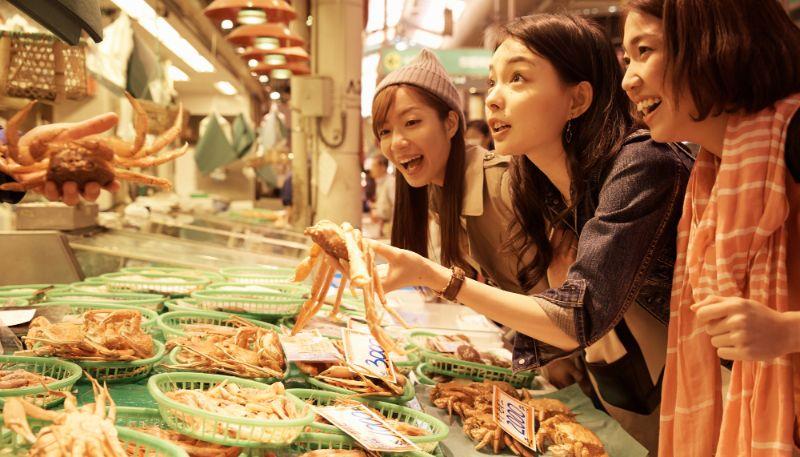 在市場購物的女性