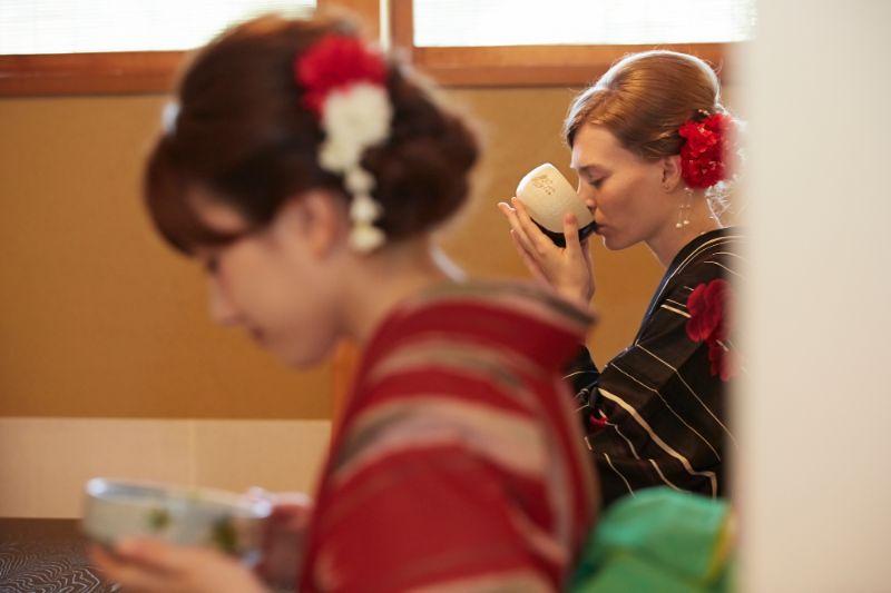 在品嚐抹茶的女性