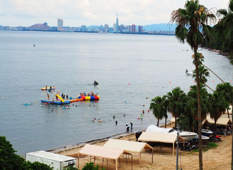 海水浴場熱鬧的水上彈跳船