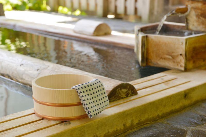溫泉的木桶與手巾
