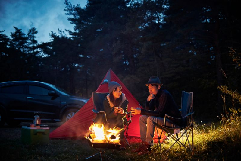 在篝火前聊天的情侶
