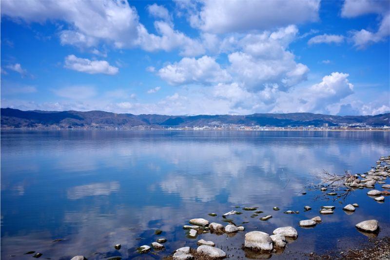 映照於湖面的天空