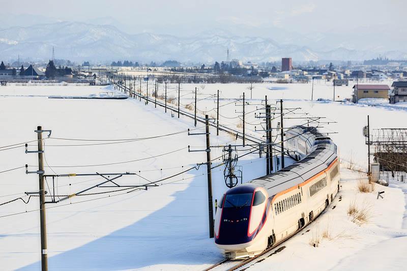 在雪上奔馳的新幹線