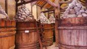 製作味噌所需的圓石及原木桶