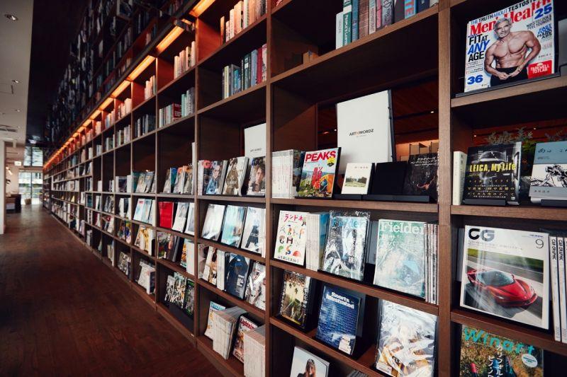 TSUTAYA BOOKSTORE SHARE LOUNGE書櫃