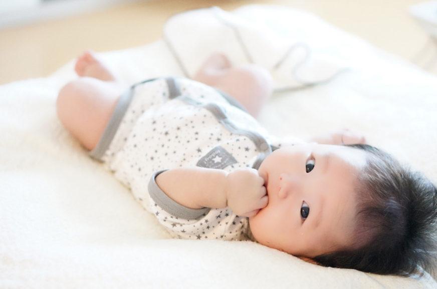 躺臥中的小寶寶
