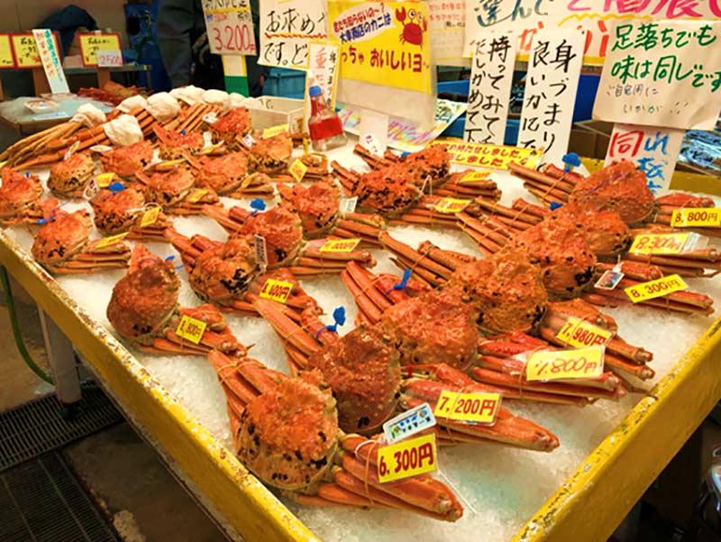 城崎溫泉街上的螃蟹攤販