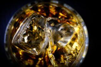 倒入玻璃杯的威士忌