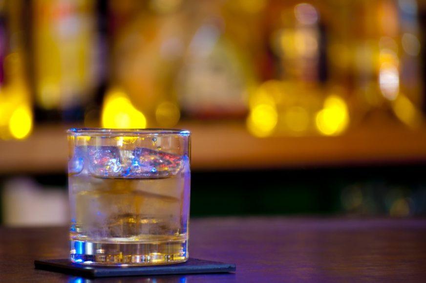 加冰塊的威士忌