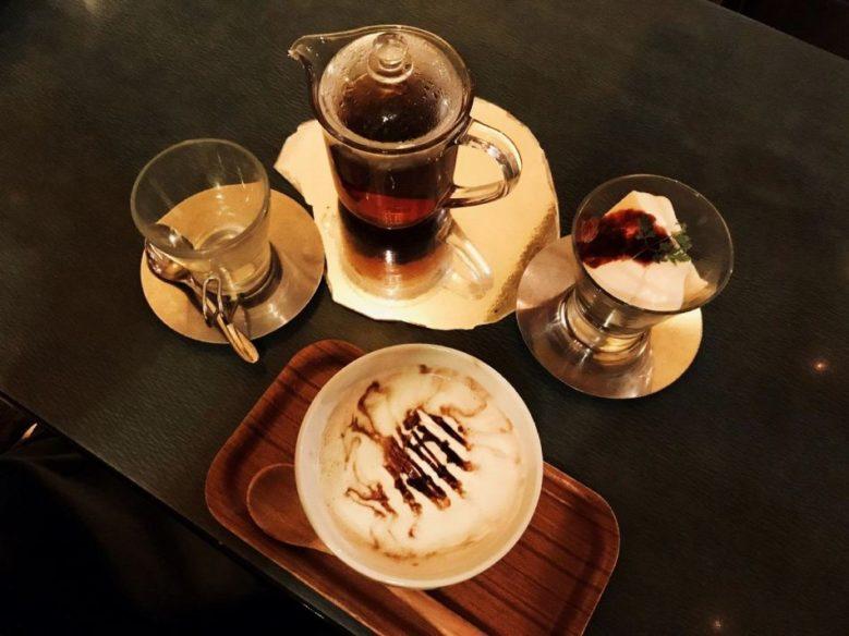 「ザリガニカフェ」的特製摩卡紅茶以及起司蛋糕